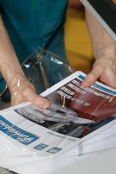 Újság csomagolása